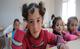2015 թ․ ապրիլի 22-ին, աղջիկները սիրիացի երեխաների համար Քահրամանմարասում բացված նոր կրթական կենտրոնի դասարանում, UNICEF/UN019130/Ergen